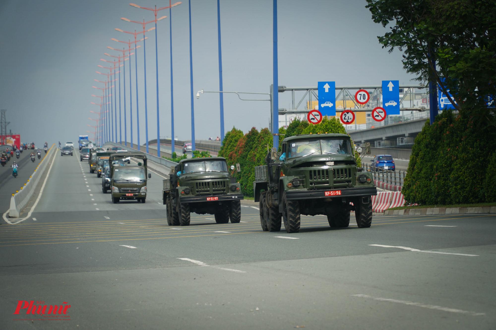 Đoàn xe di chuyển trên Xa lộ Hà Nội, hướng về TP Thủ Đức