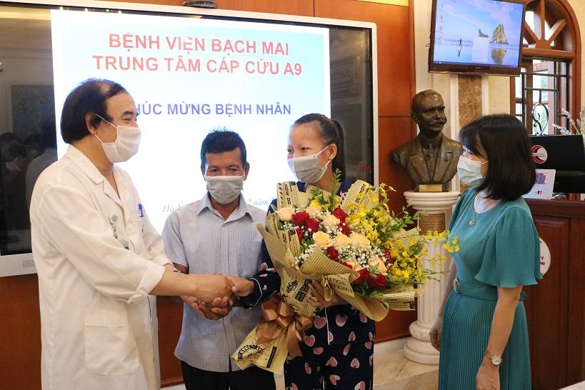 PGS.TS.BS Nguyễn Văn Chi chúc mừng bệnh nhân Ng. và gia đình