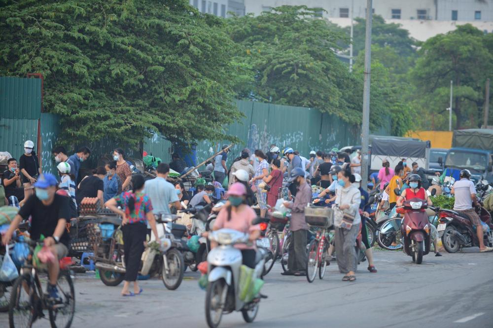 Chợ tạm ở đường Phạm Hùng lúc 6h sáng cũng đông nghịt người mua hàng.