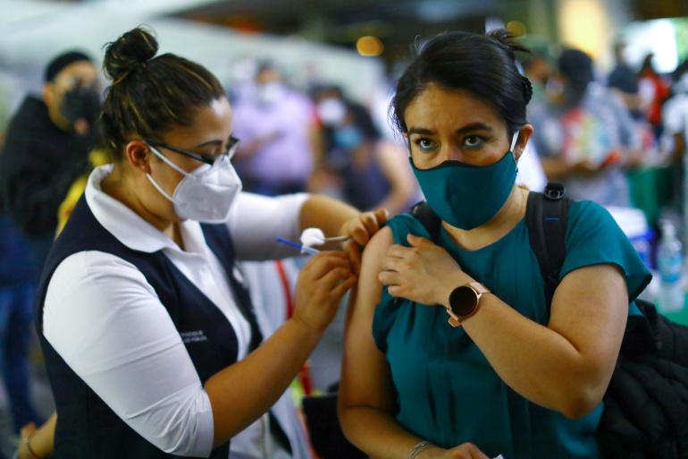 Một phụ nữ được tiêm vắc xin AstraZeneca ngừa COVID-19 trong đợt tiêm chủng đại trà ở Mexico City - Ảnh: Reuters
