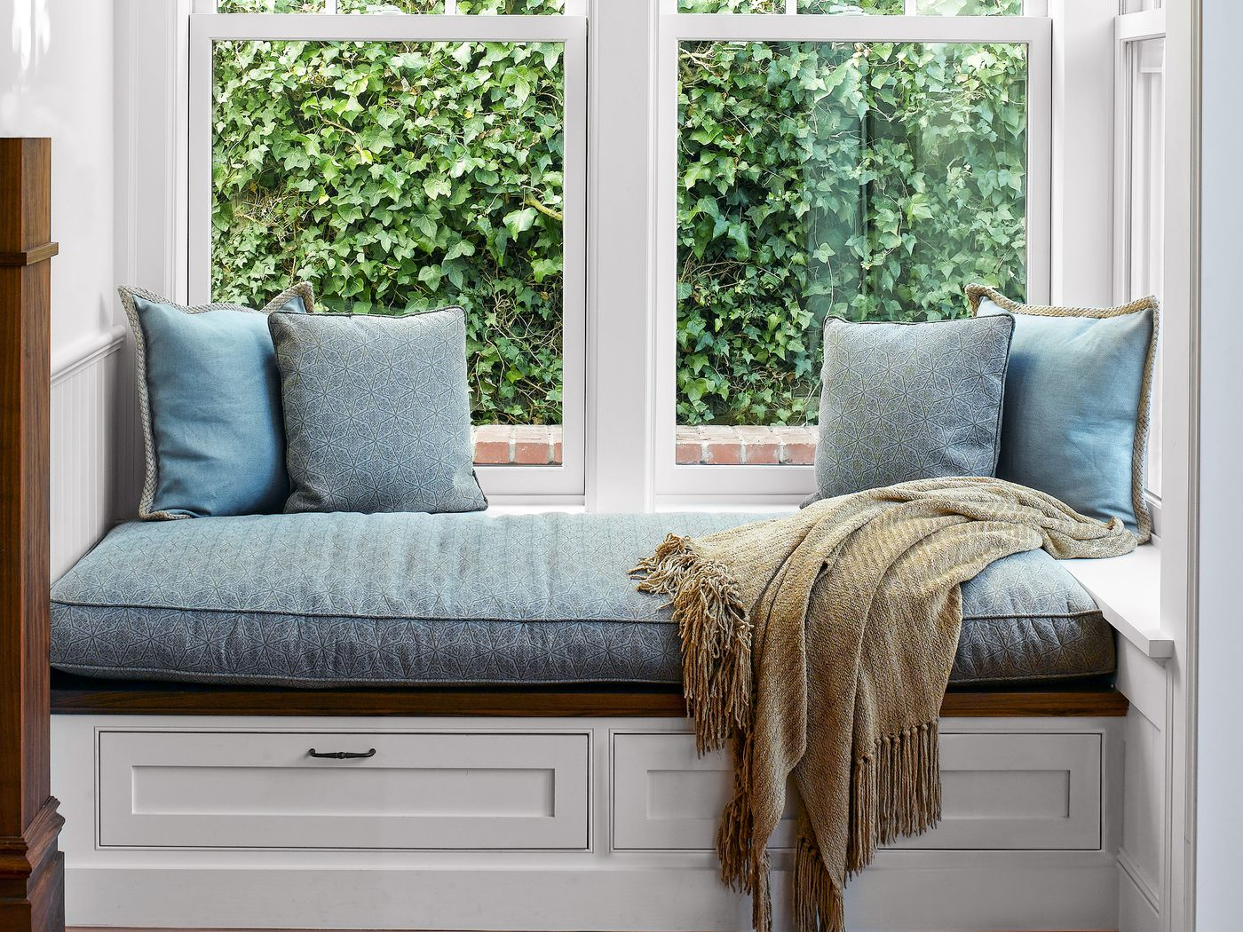 Hãy bỏ qua lối trang trí rườm rà và điều chỉnh các thiết kế tối giản thông minh để giúp ngôi nhà của bạn trông lớn hơn và sang trọng hơn.