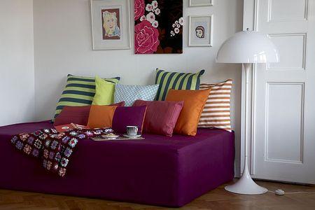 Để giường sofa thêm lôi cuốn, bạn có thể trang trí thêm những chiếc gối tựa lưng nhiều màu sắc hay những chiếc thảm ấm cúng.