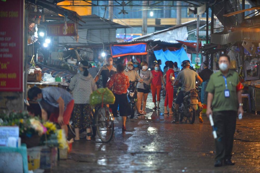 Tại chợ Mỹ Đình ngay từ sáng sớm đã đông đúc người dân ra mua hàng.