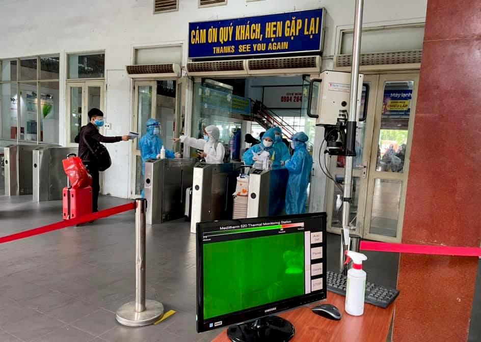 Sau khi nhận vé, người dân Hà Tĩnh sẽ đi qua máy kiểm tra thân nhiệt ở lối ra bãi đổ tàu.