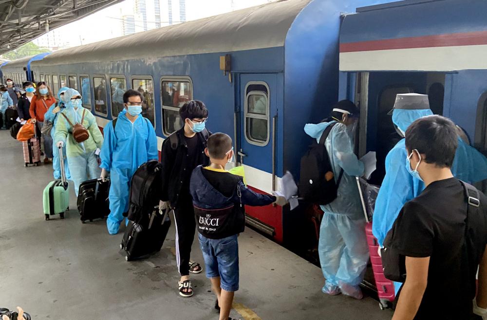 Người dân có nhu cầu về quê đăng ký qua Hội đồng hương Hà Tĩnh tại TP.HCM. Đoàn tàu sẽ đón người dân tại ga Sài Gòn rồi đi về ga Yên Trung (Hà Tĩnh). Tàu dừng, người dân sẽ được đưa vào khu cách ly tập trung 14 ngày.