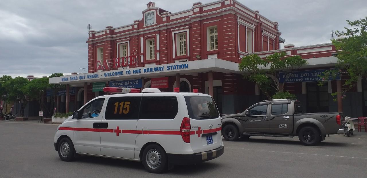 Xe cấp cứu đến đưa bà con về ga Huế đi cách ly Y tế