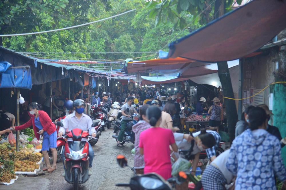 Chợ Tân Xuân (phường Xuân Đỉnh, Bắc Từ Liêm) cũng đông nghẹt người mua, các tiểu thương liên tục bán hàng.