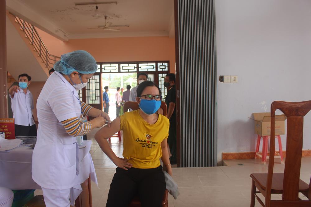 Cùng với các biện pháp phòng chống dịch, từ ngày 23.7, tỉnh triển khai thực hiện tiêm vắc xin COVID-19 đợt 3