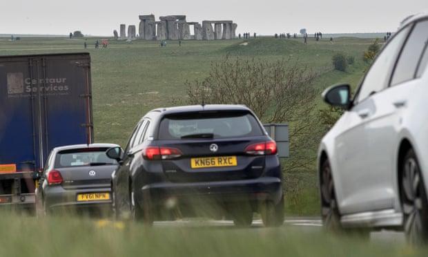 Giao thông trên đường A303 chạy bên cạnh di tích cổ - Ảnh: The Guardian/ Getty Images