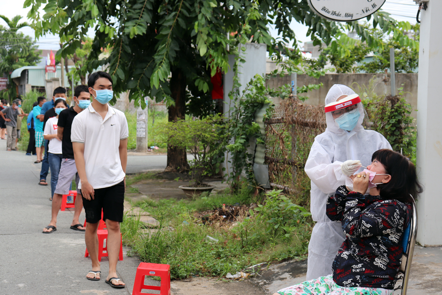 Người dân TP Biên Hòa được lấy mẫu xét nghiệm sàng lọc COVID-19. Ảnh: CDC Đồng Nai