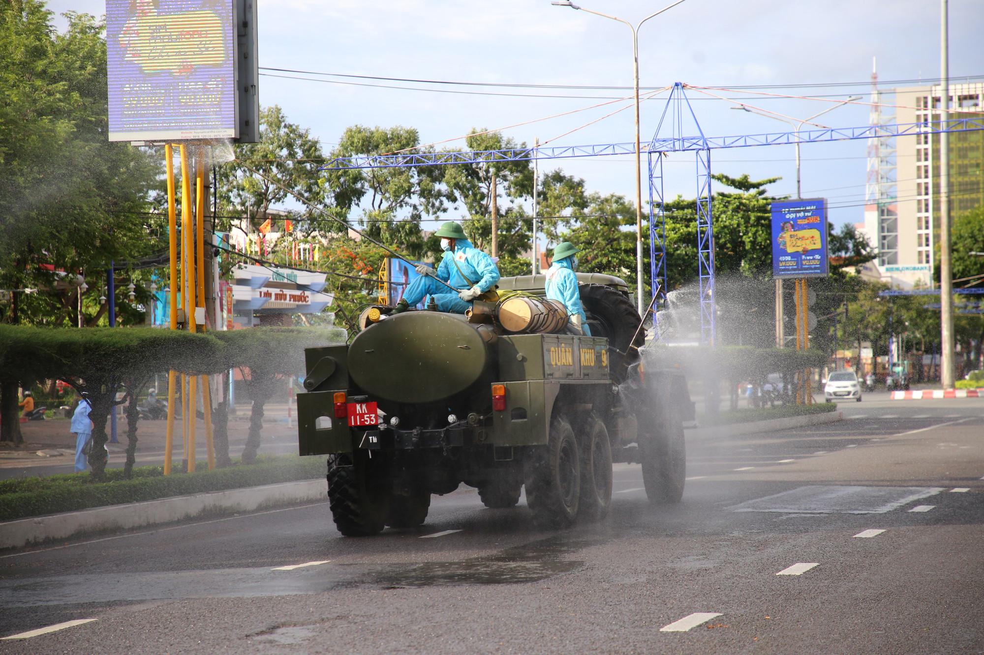 Lực lượng quân đội thực hiện phun khử trùng khu vực trung tâm TP. Cần Thơ