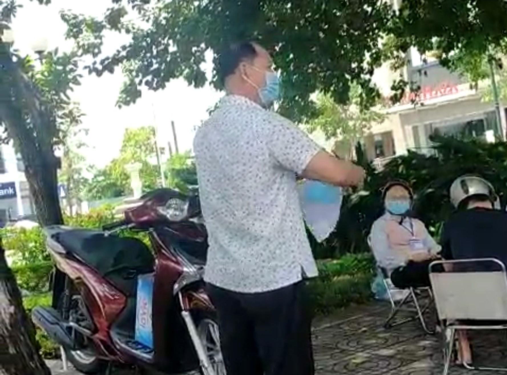 Người đàn ông xé biên bản vi phạm của người vợ - Ảnh cắt từ clip