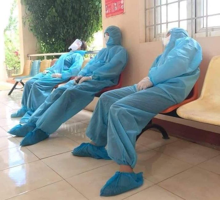 Lực lượng phòng chống dịch COVID-19 tại một trạm y tế của huyện Ea Súp, tỉnh Đắk Lắk tranh thủ chợp mắt ngay trên ghế