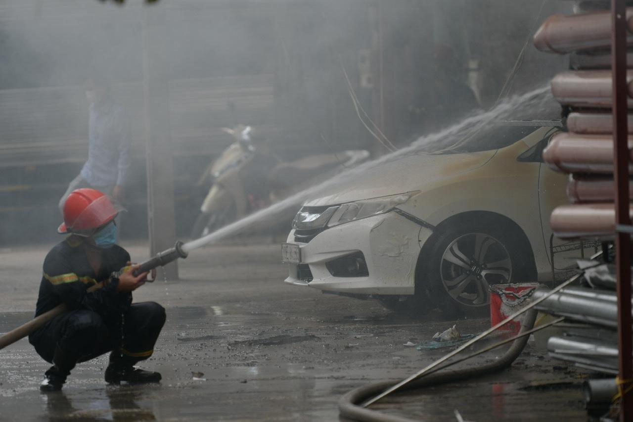 Thời điểm xảy ra cháy, bên trong xưởng còn nhiều xe ô tô bị mắc kẹt.