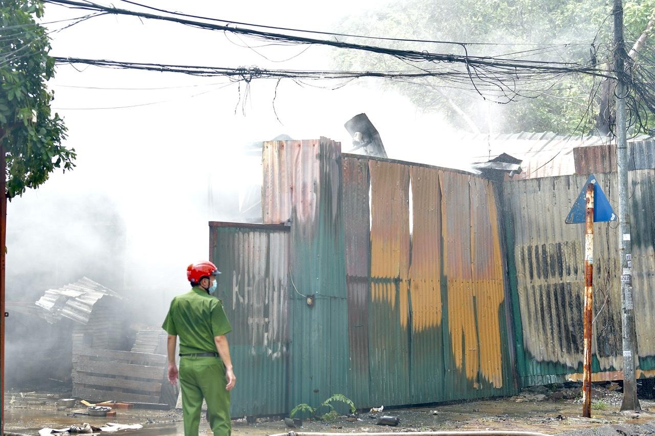Kho hàng chứa đồ điện và ống nhựa bị cháy.