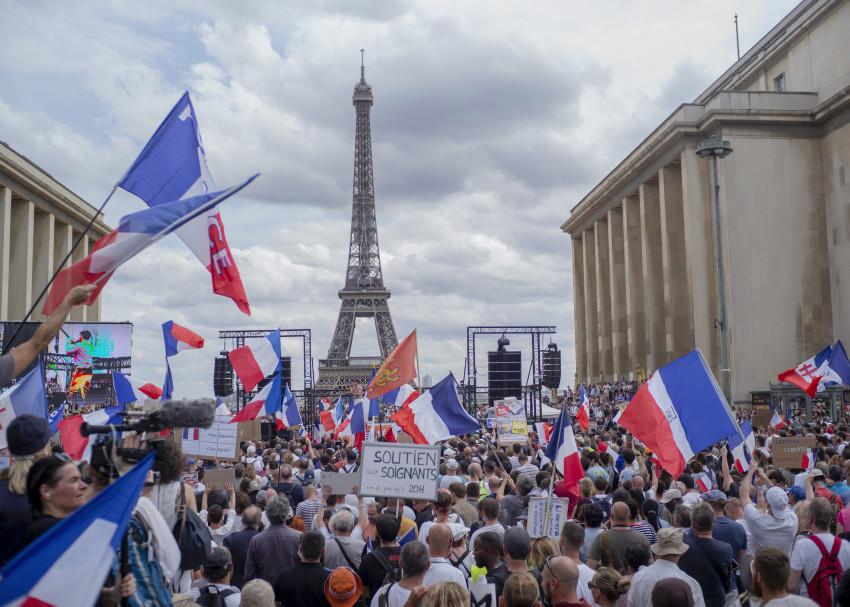 Hàng nghìn người biểu tình tập trung tại Place Trocadero gần Tháp Eiffel phản đối dự luật mới của chính phủ Pháp.