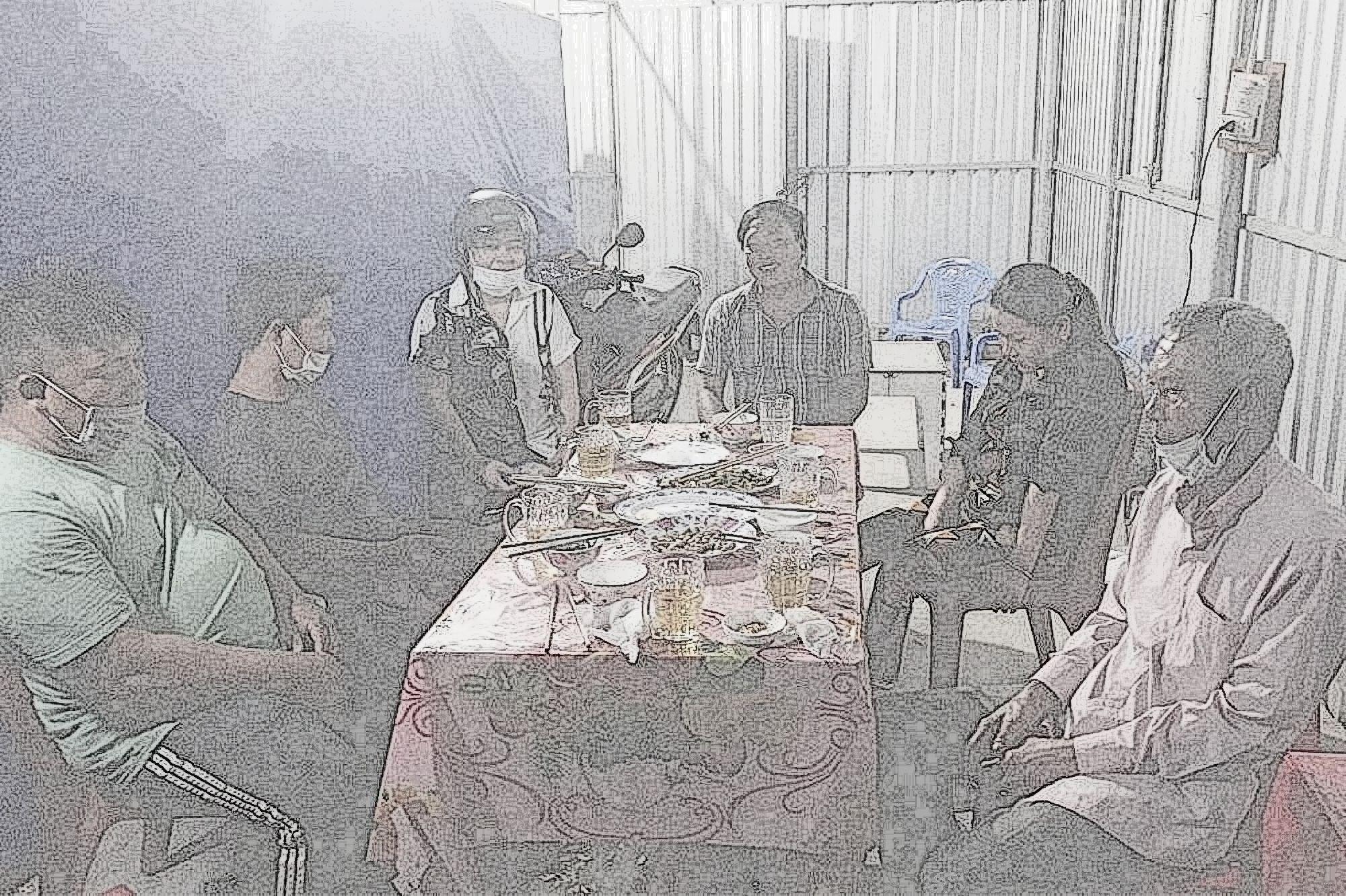 Các trường hợp tụ tập ăn nhậu ở Trà Vinh tại thời điểm kiểm tra - (Ảnh: cơ quan công an cung cấp)