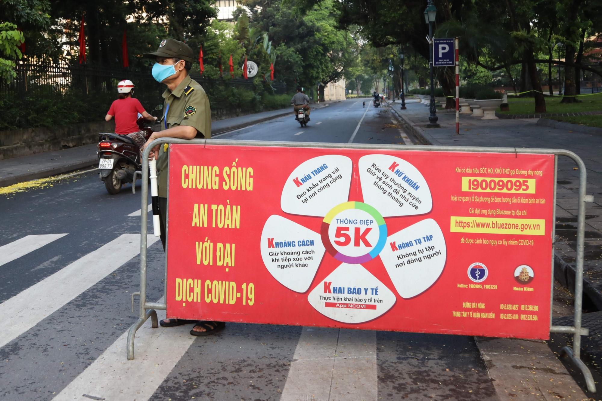 Cũng trong sáng nay, nhiều chốt kiểm soát đã được lập ra trên đường phố Hà Nội để hạn chế người dân ra đường.