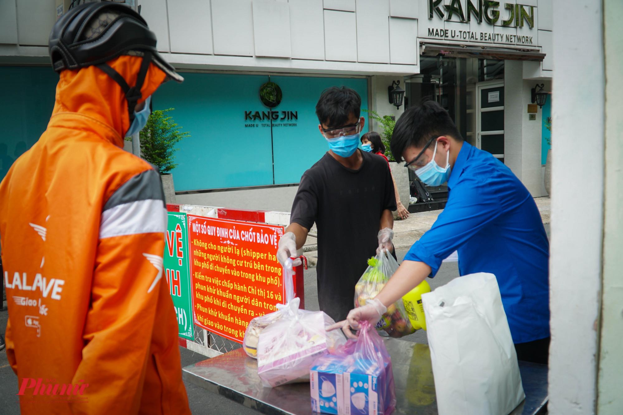Khi giao hàng, nhân viên giao hàng sẽ để gói đồ trên bàn, lực lượng kiểm tra sẽ tiến hành phun thuốc khử khuẩn