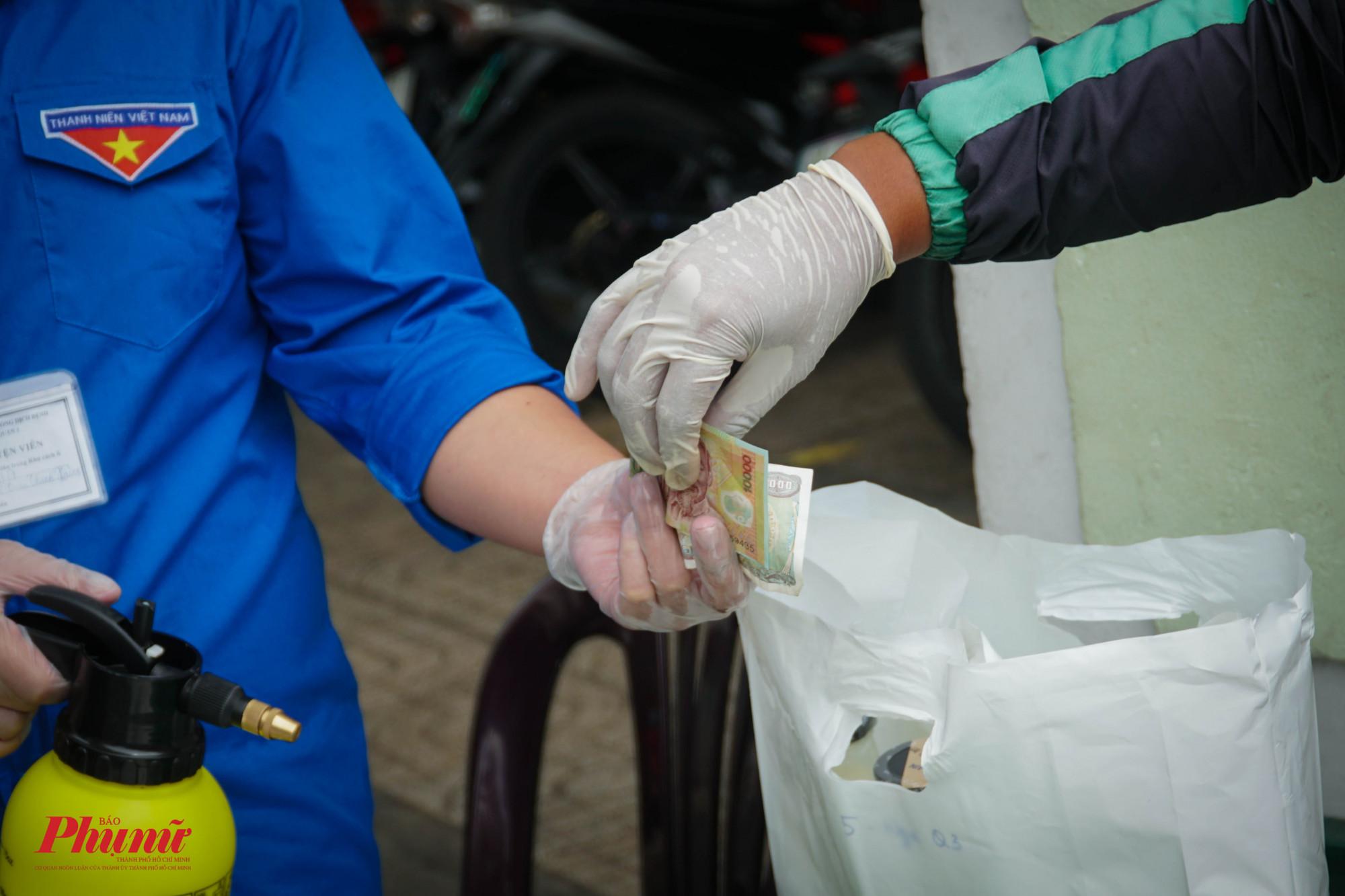 Người giao và nhận đều đeo găng tay nhằm hạn chế tiếp xúc