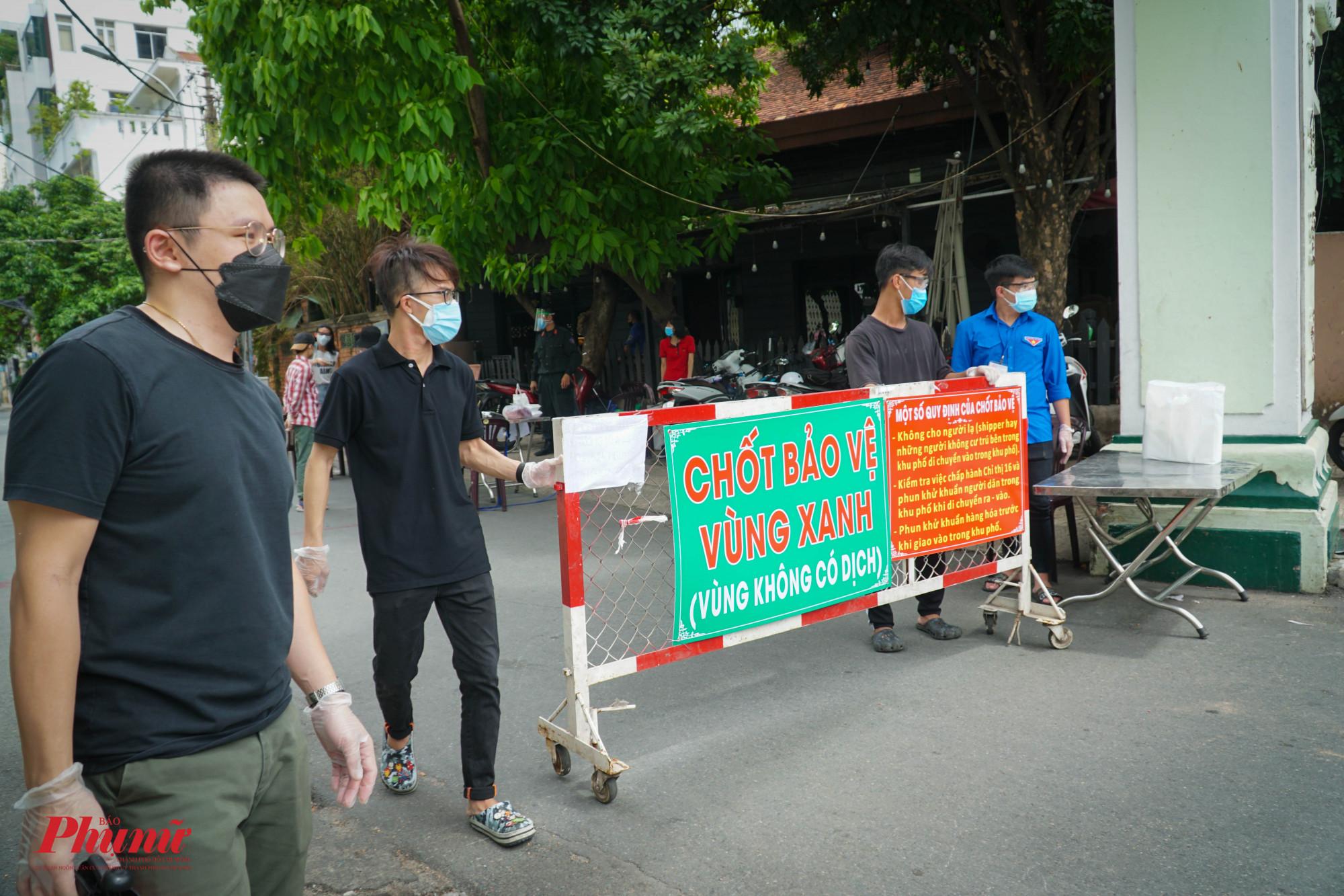 Tại cổng ra vào cư xá Đô Thành, trên đường Nguyễn Hiền, do đường lớn, nên lực lượng bảo vệ đông hơn.