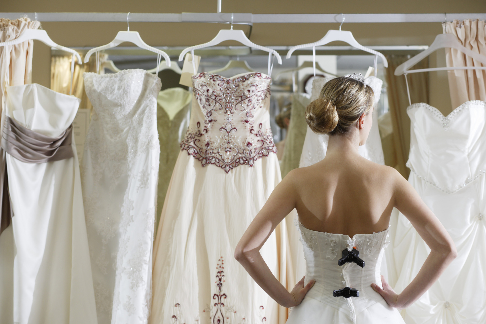 Lựa chọn một bộ váy cưới phù hợp cho mình luôn là một nhiệm vụ làm đau đầu các cô dâu sắp cưới - Ảnh: Getty