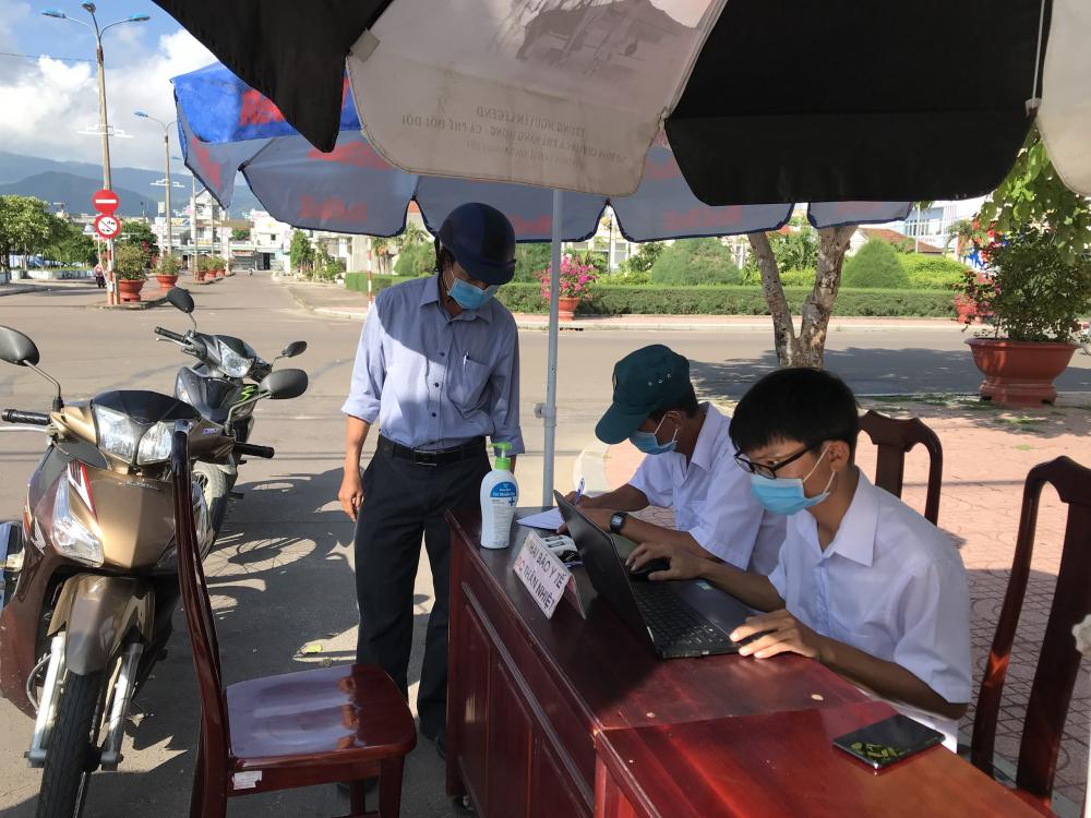 Để đảm bảo phòng chòng dịch COVID-19, người dân đến các cơ sở phải thực hiện khai báo y tế.