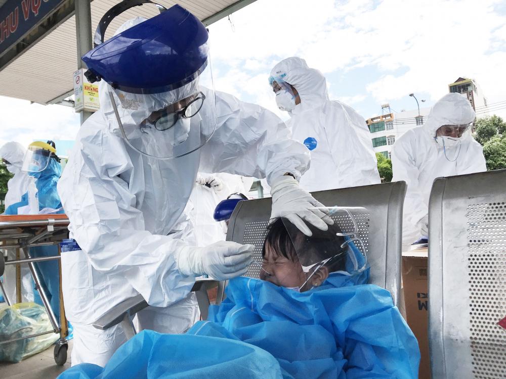 Bé gái được test nhanh với SARS-Cov-2 trước khi lên xe
