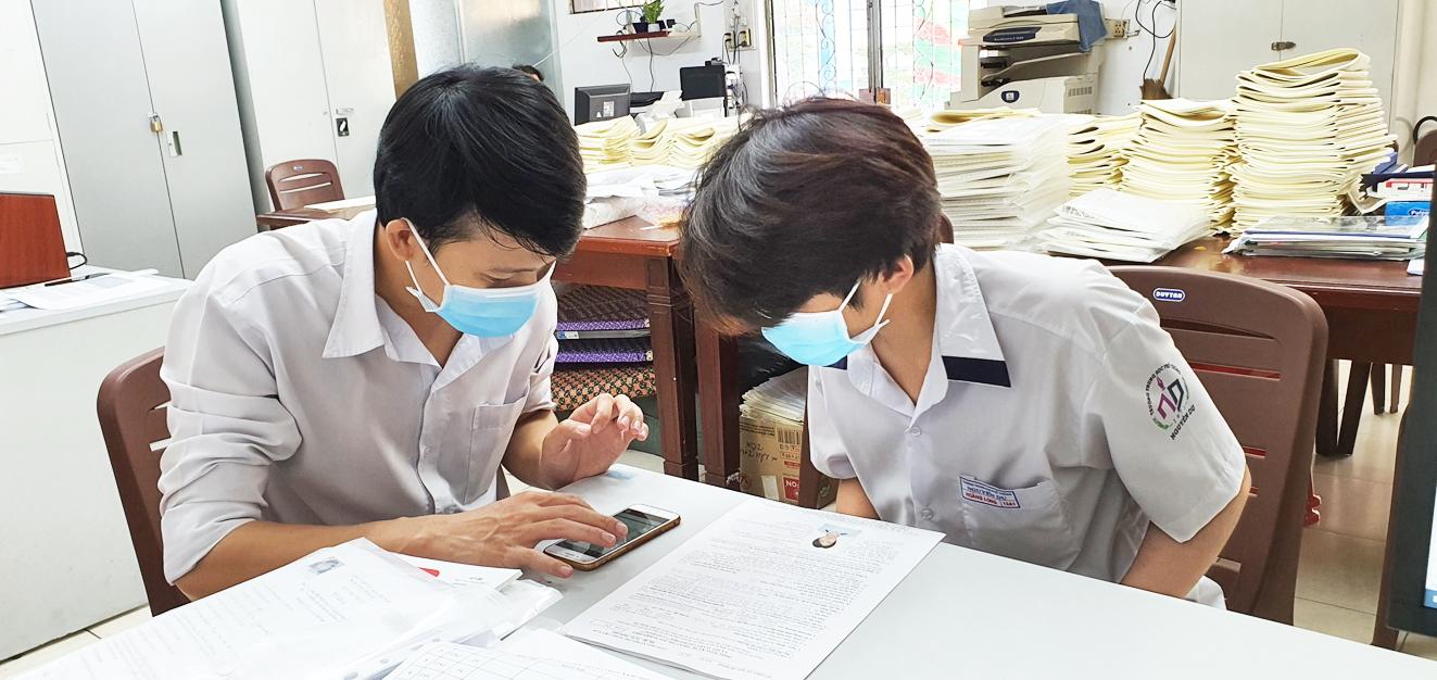 Học sinh lớp 12 Trường THPT Nguyễn Du (Q.10, TP.HCM) đăng ký xét tuyển vào đại học - ẢNH: PHÚC TRẦN