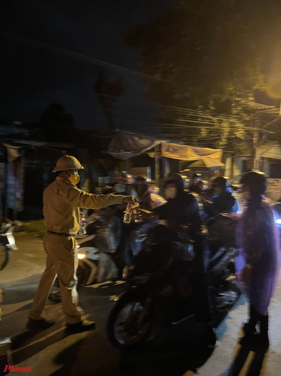 Số người này đi chuyển liên tục hơn 2 ngày nên rất đói khát, CATP Đà Nẵng đã chủ động hỗ trợ thức ăn, nước uống. Có 3 xe bị hỏng máy được CATP Đà Nẵng trung chuyển.