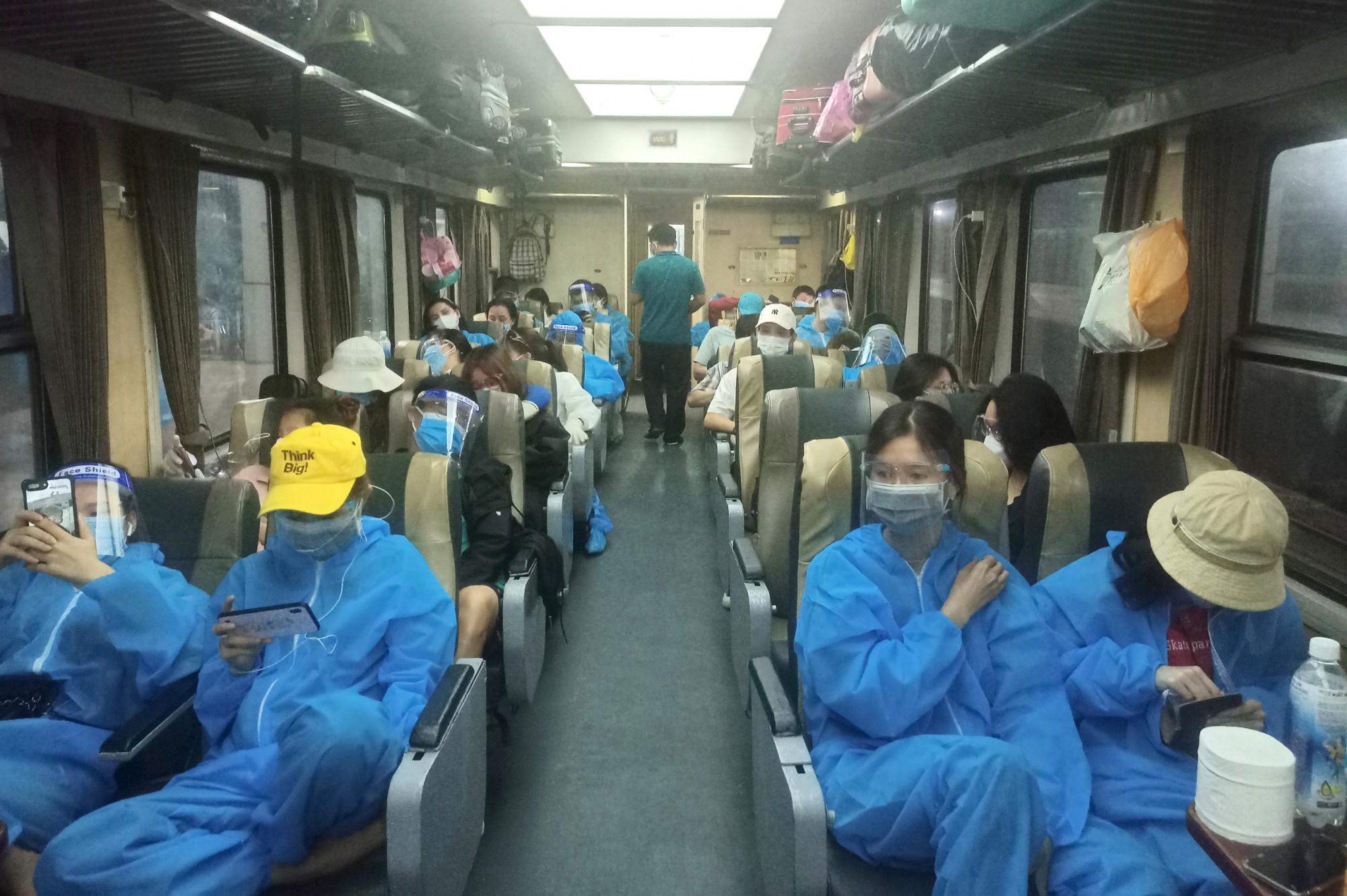 Hơn 700 người dân Hà Tĩnh được đón về quê trên chuyến tàu đầu tiên