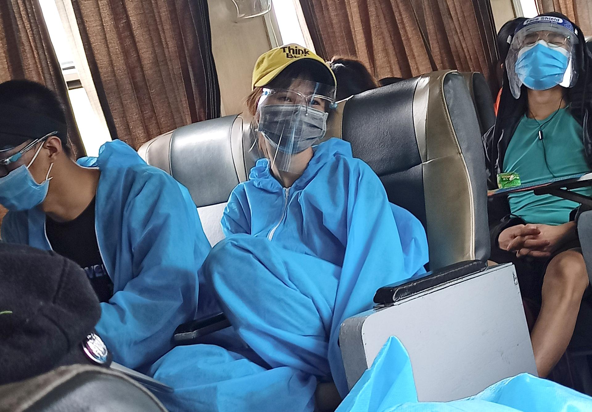 Người dân mặc đồ bảo hộ để đảm bảo an toàn trong quá trình di chuyển về quê