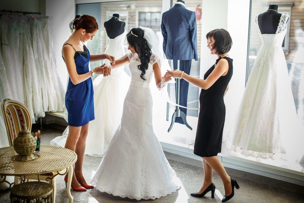 Trào lưu đi thuê đồ cưới đang nở rộ ở nhiều nơi trong thời gian đại dịch COVID-19 - Ảnh: FXQuadro/Shutterstock