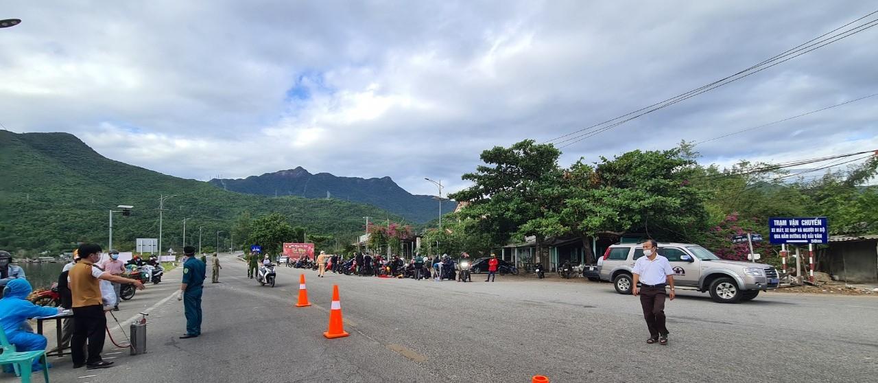 Phân luồng công dân chạy xe máy tại thị trấn Lăng Cô