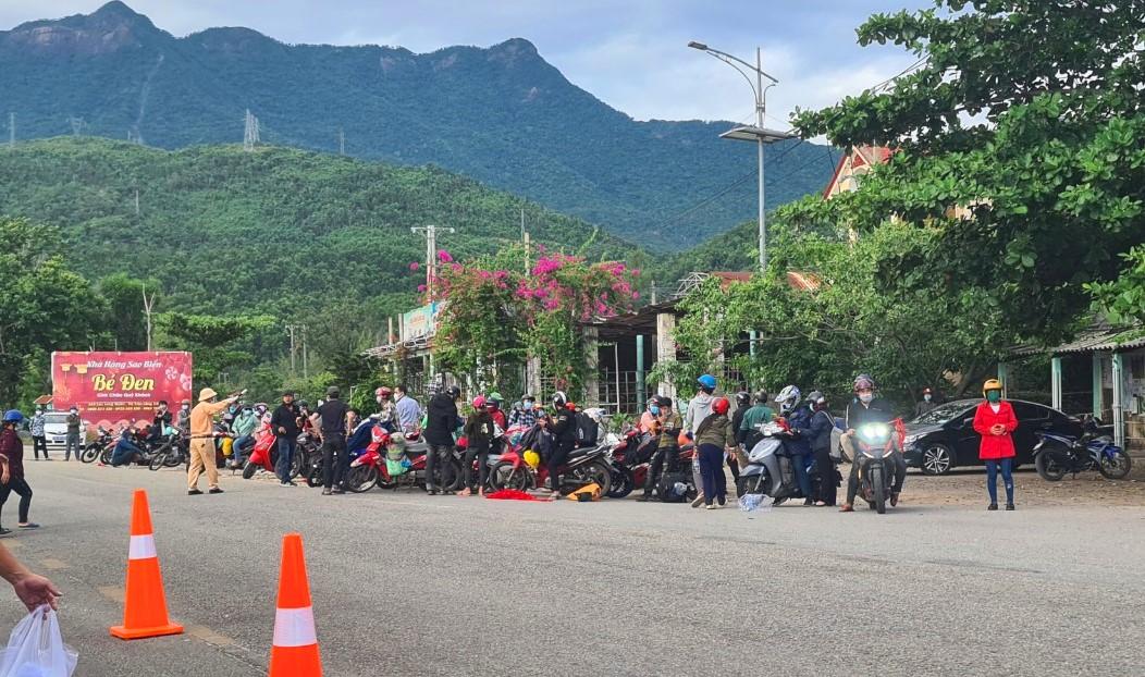 Đoàn người chạy xe máy về đến chốt kiếm tra y tế tại thị trấn Lăng Cô (huyện Phú Lộc, Thừa Thiên- Huế)
