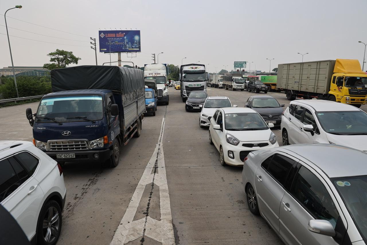Cảnh ùn tắc kéo dài trên cao tốc Pháp Vân - Cầu Giẽ.