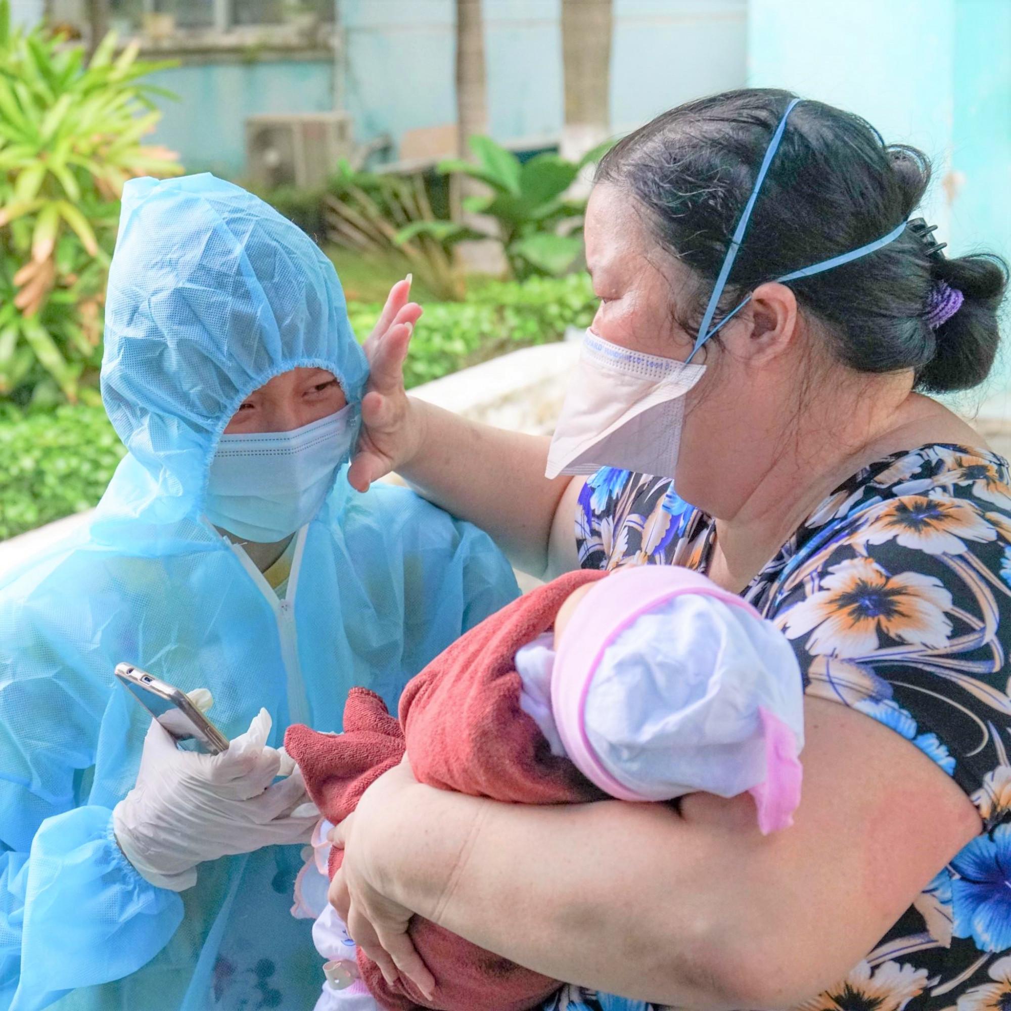 Chị có niềm tin mình sẽ sớm chiến thắng dịch bệnh để về với con, nhưng vẫn không thể kiềm lại những giọt nước mắt khi phải tạm xa con