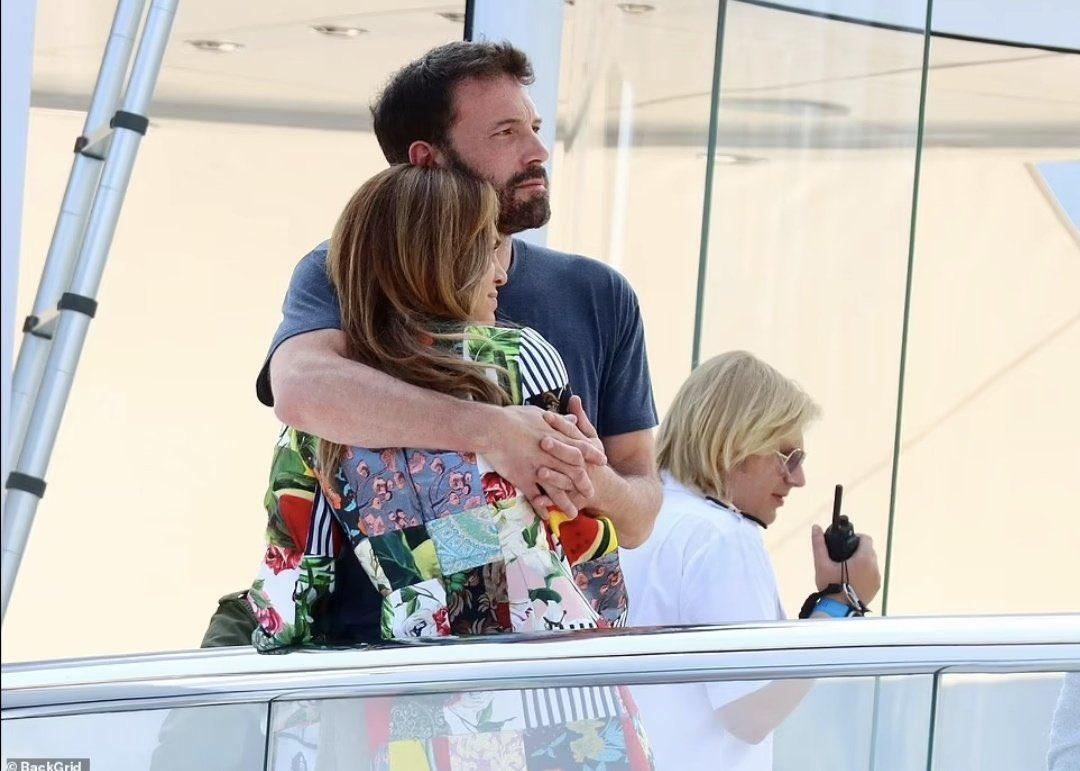 Ben Affleck ôm Jennifer Lopez trên du thuyền hạng sang, tận hưởng những ngày đầu tuổi mới của nữ ca sĩ.