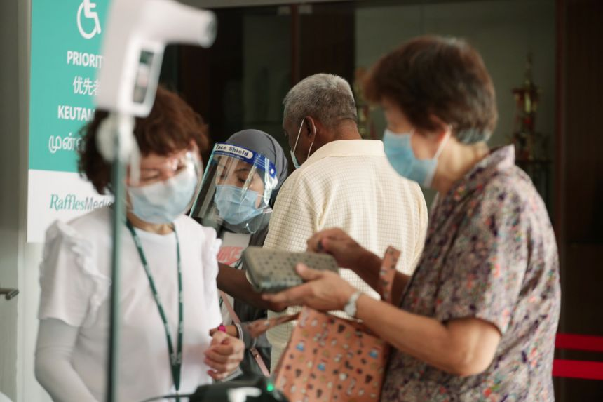 Singapore mong muốn 100% dân số tiêm chủng nhưng hiện nay có đến 30% là những người trên 70 không chịui tiêm chủng khiến mục tiêu này khó hoàn thành