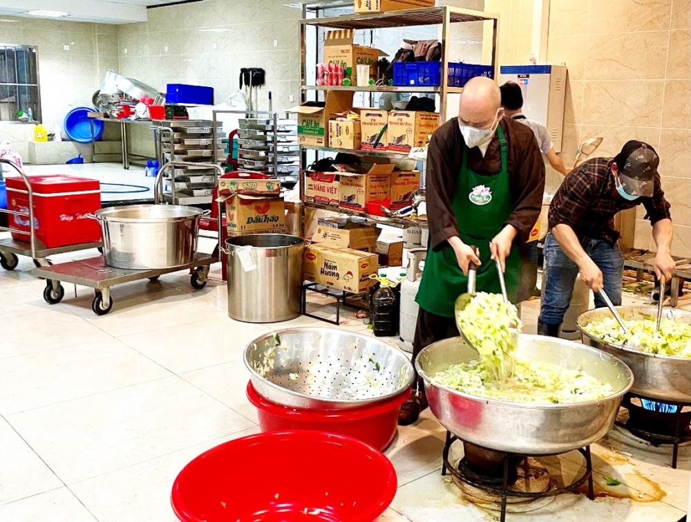 Các sư thầy chùa Vĩnh Nghiêm cùng những người thiện nguyện đang bận rộn nấu những bữa cơm đủ chất phục vụ lực lượng y tế đang làm việc tại các bệnh viện dã chiến và bệnh viện điều trị COVID-19 - Ảnh: P.T.