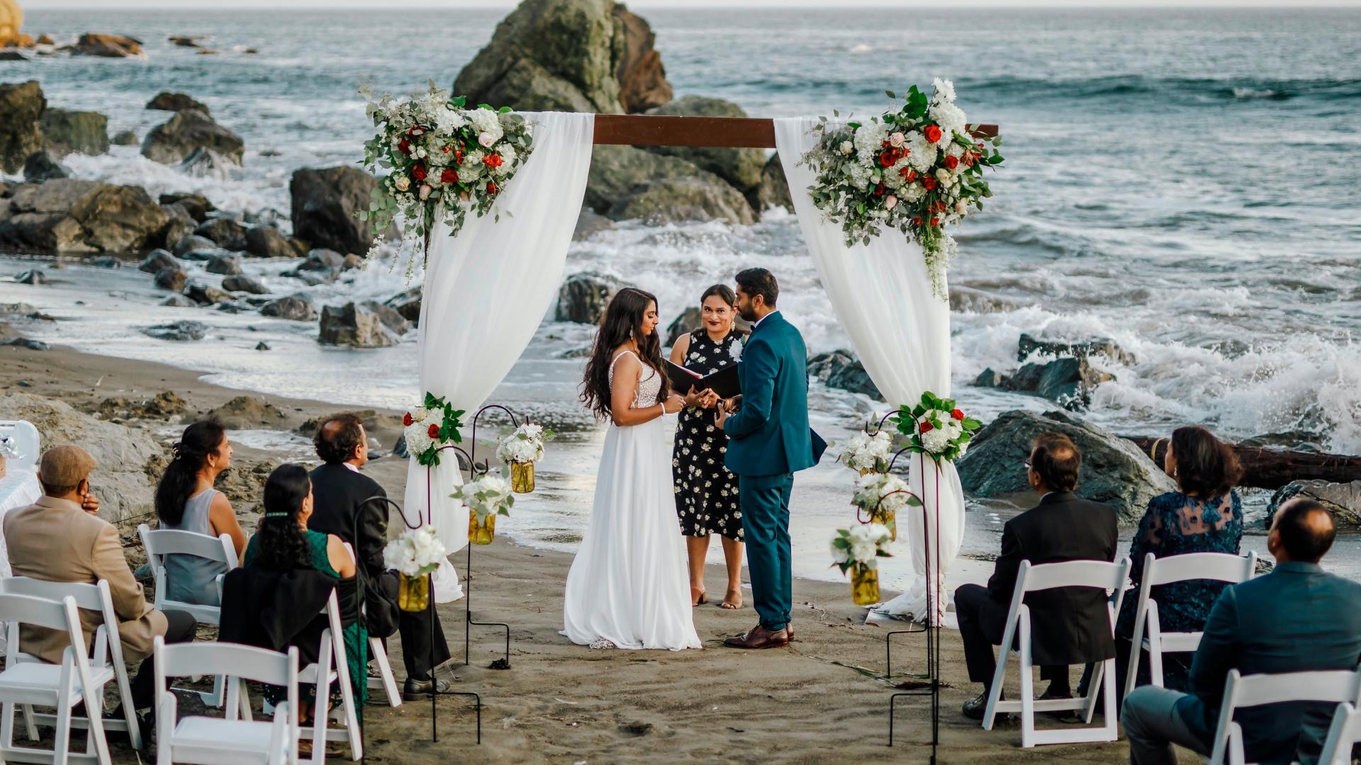 Ngày càng có nhiều cô dâu quan tâm đến khái niệm thời trang bền vững nhằm bảo vệ môi trường - Ảnh: AP