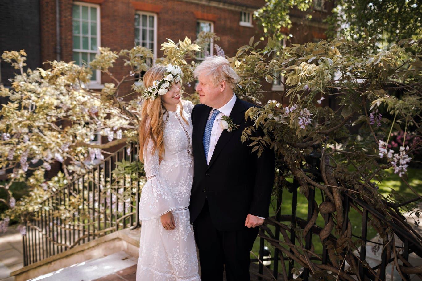Cô dâu Carrie Johnson trong chiếc váy cưới đi thuê có giá 1.4 triệu đồng sánh vai cùng chú rể là thủ tướng Anh Boris Johnson tại đám cưới hôm 29/5 - Ảnh: PA Media