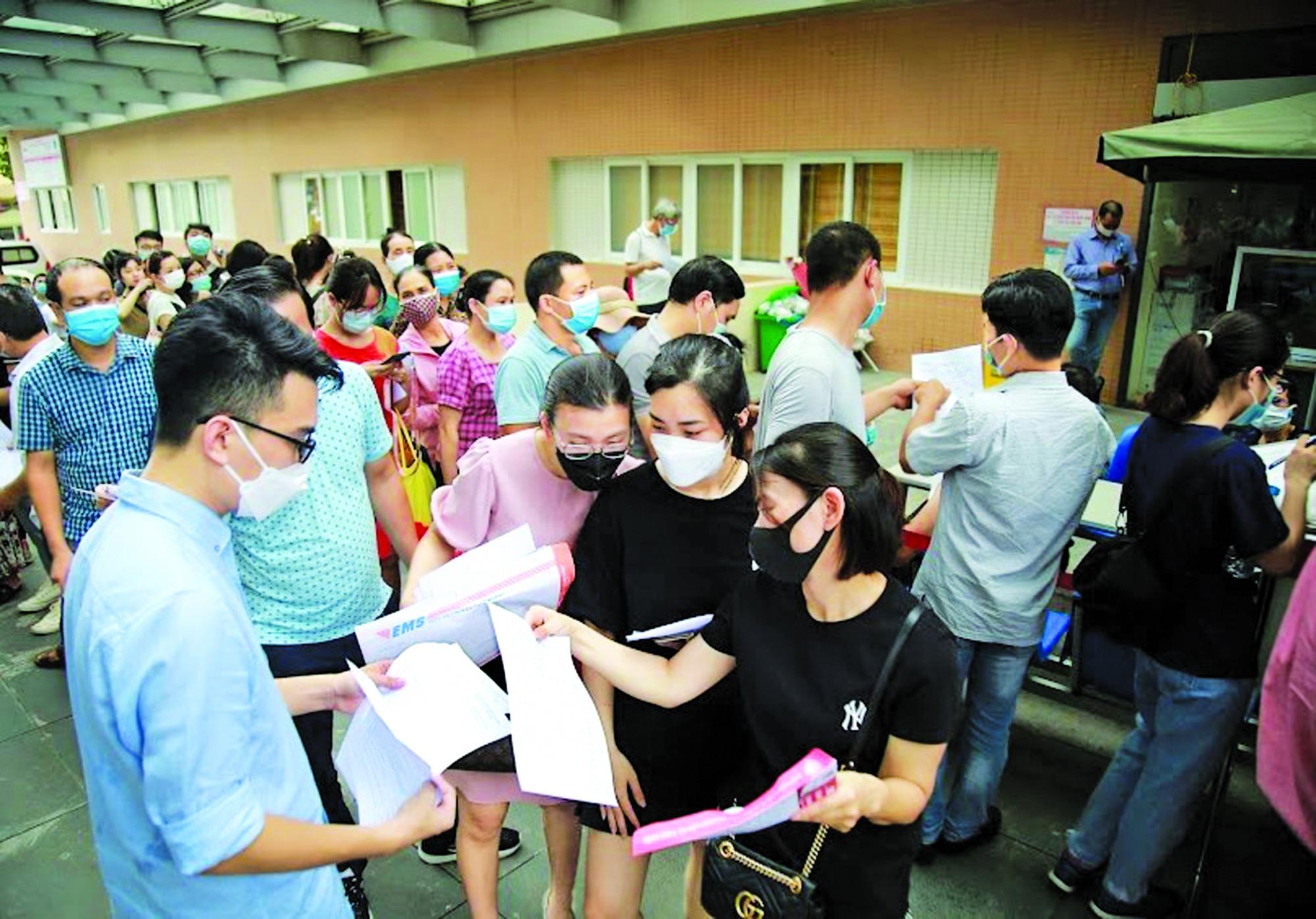 Dòng người chen chúc chờ tiêm vắc-xin COVID-19 tại Bệnh viện E (Hà Nội) mới đây gây nhiều lo ngại về lây lan dịch Ảnh: Ngọc Linh