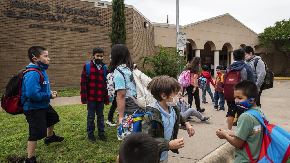 Một số trường học đưa trở lại yêu cầu đeo khẩu trang - Ảnh: Dallas Morning News