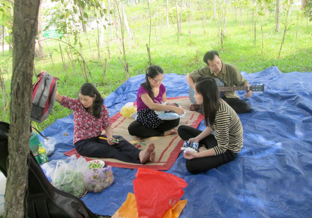 Nhà giáo Nguyễn Sỹ Hồ - Lê Thị Lan trong phút giây thư giãn hiếm hoi cùng người thân