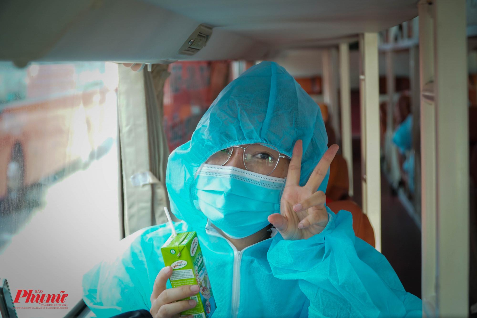 Một sinh viên đại học vui vẻ tạo dáng trước ống kính trên chuyến xe về quê