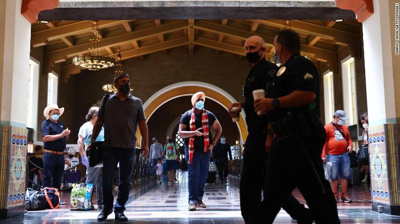 Nhà ga Union ở Los Angeles (California), mọi người đều đeo khẩu trang. Ảnh chụp ngày 19/7 - Ảnh: CNN