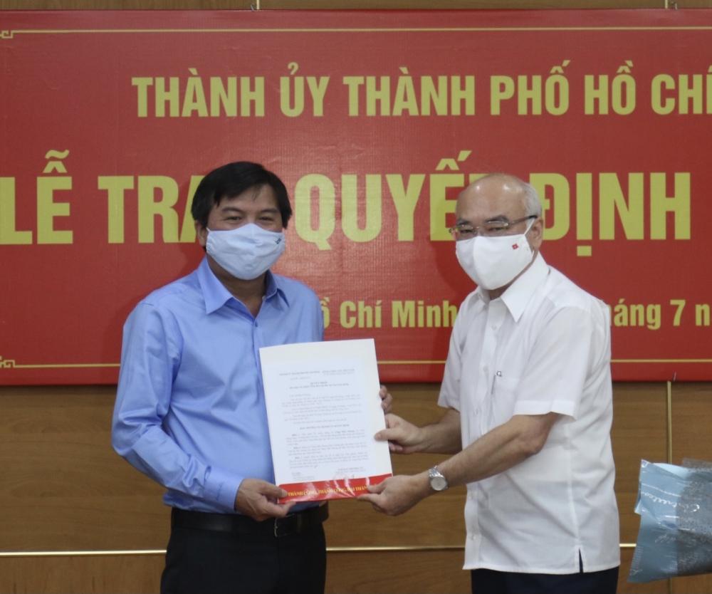 Trưởng Ban Tuyên giáo Thành ủy TPHCM Phan Nguyễn Như Khuê trao quyết định cho ông Tăng Hữu Phong. Ảnh: Tường Lam.