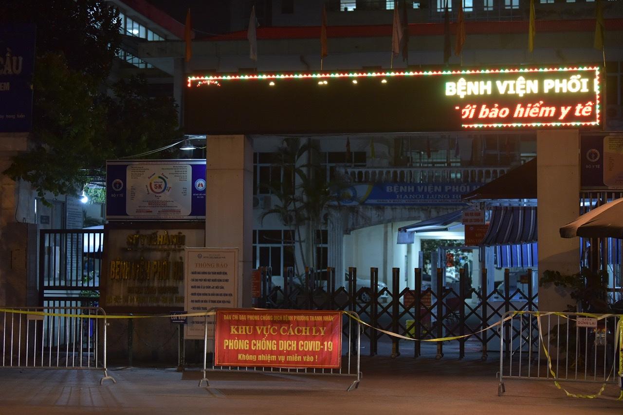Ngay trong đêm qua, lực lượng chức năng đã phong toả Bệnh viện Phổi Hà Nội do phát hiện 14 ca dương tính với SARS-CoV-2.