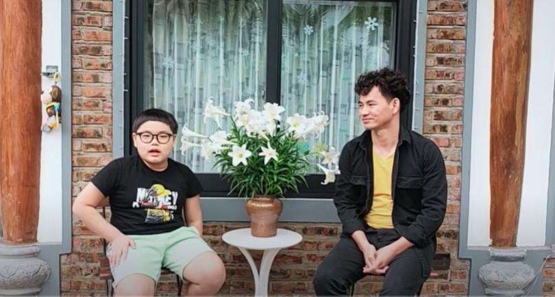 NSƯT Xuân Bắc cùng con trai chia sẻ cách ở nhà không chán trong mùa dịch.